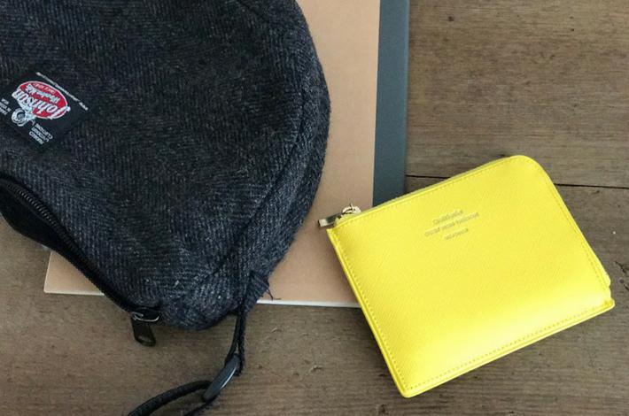 黄色の軽量財布とノートとバッグ