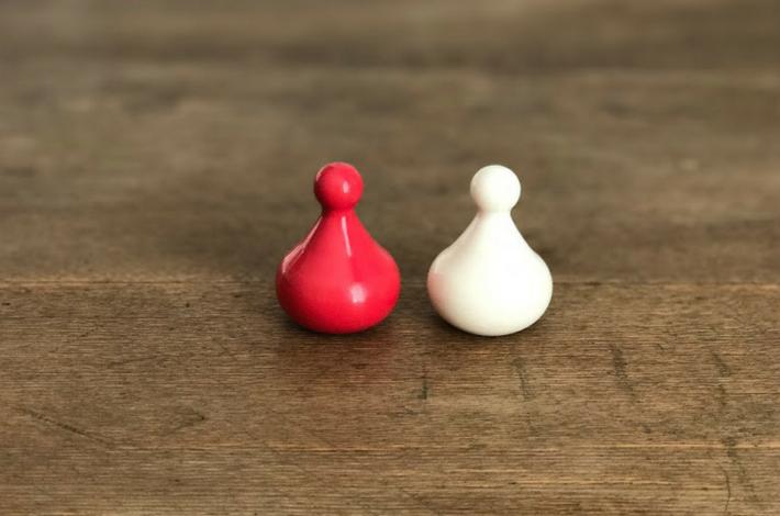 ゼロ活力鍋の2種類のおもりが机に置かれている