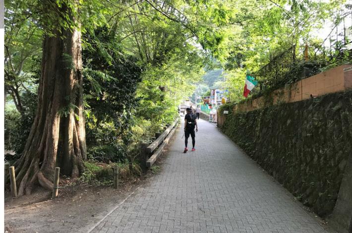 高尾山口駅から上り坂を登る