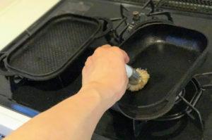 ベイクパンに油を塗っている