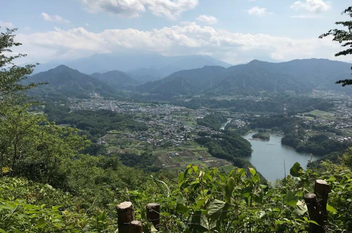 晴天時に山の上から見下ろす景色