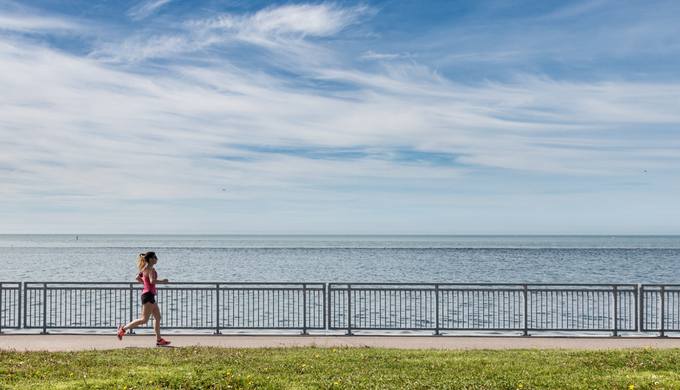 海辺をランニングする女性
