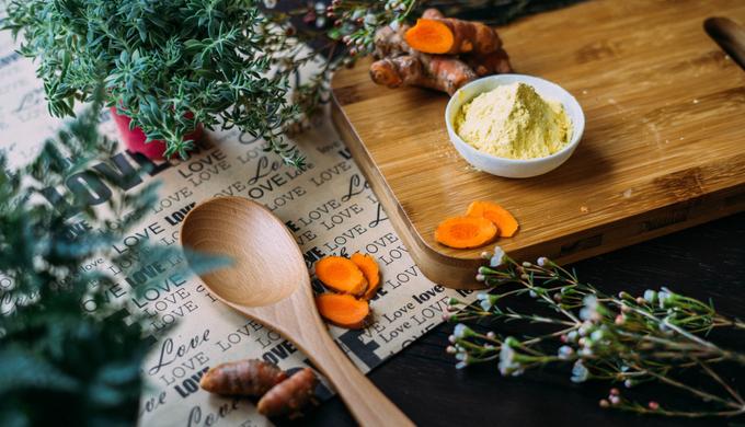 自然食品と木の食器が並ぶ様子