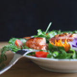 色とりどりのサラダが皿に乗っている写真