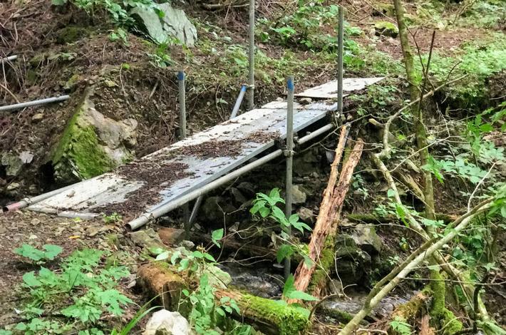 菅平の滝への道 簡易的な橋
