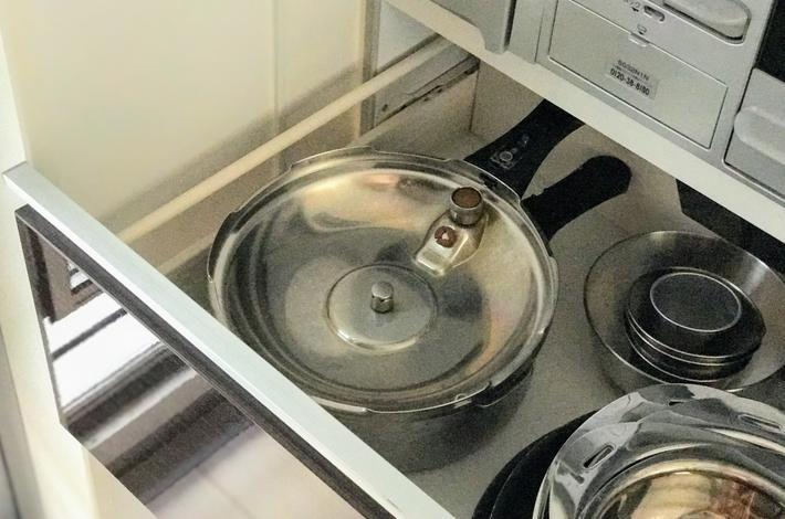 活力鍋をキッチンの引き出しに収納している