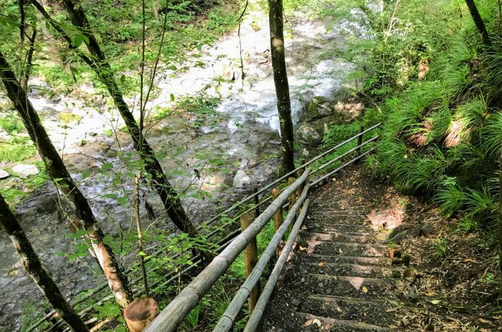 竜神の滝への道の階段