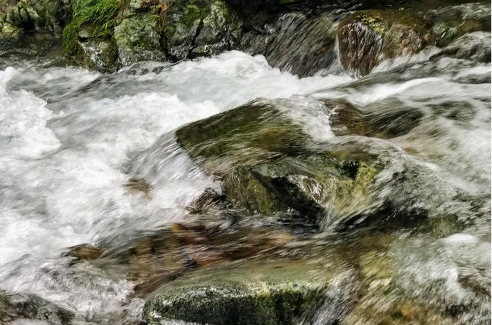 菅平の滝流れが速い
