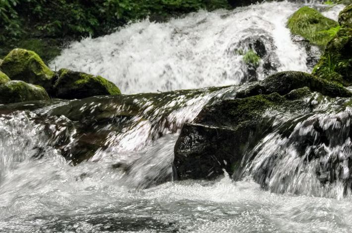 菅平の滝流れが速く、水しぶきが飛ぶ