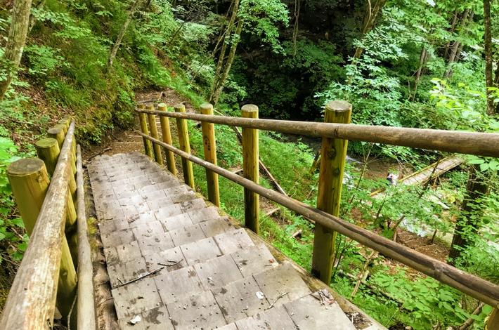 九頭竜の滝への階段を下がる