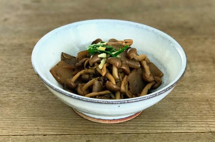 サンマの生姜煮の残り汁からコンニャクとしめじの煮物を作り皿に盛る