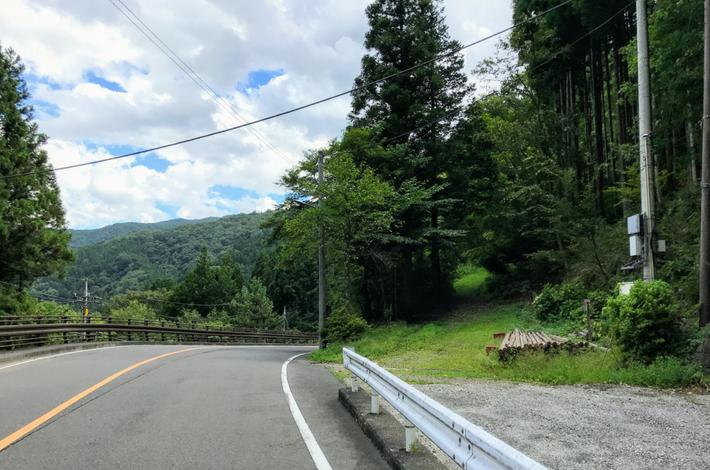 菅平の滝への道ー道路から右手