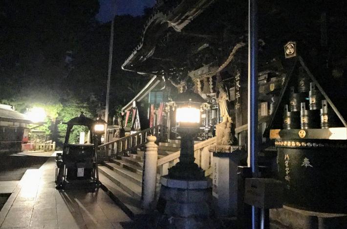 夜の薬王院本堂