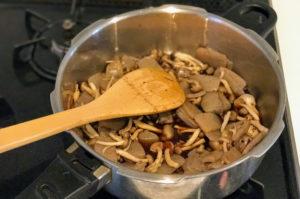 活力鍋に残り汁とコンニャク、しめじを入れて煮詰める