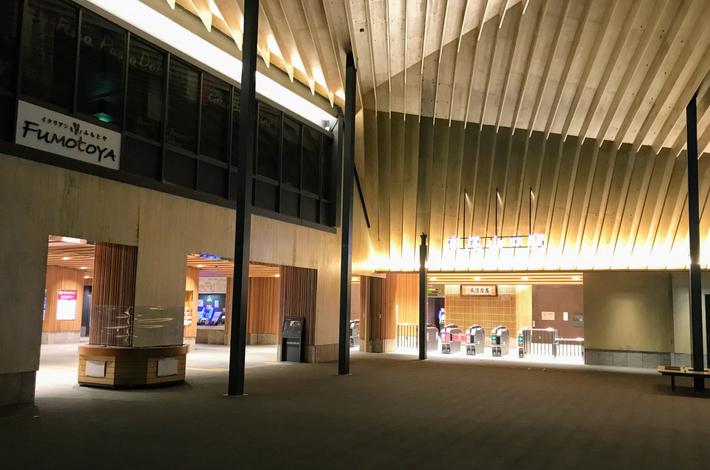 夜の高尾山口駅前