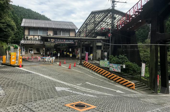 滝本駅の外観