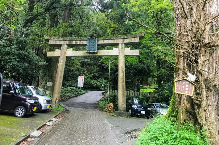 御岳山へ徒歩の参道の入口に鳥居