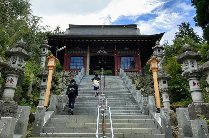 御岳山の神社前の階段
