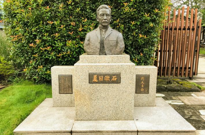漱石公園にある漱石の胸像