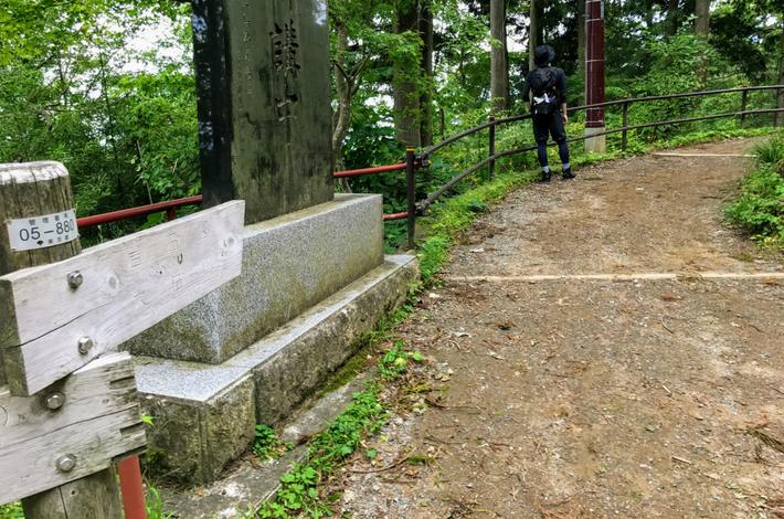 御岳山 神社の階段から分かれ道