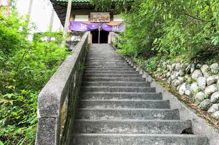 寒山寺へ登る急な階段