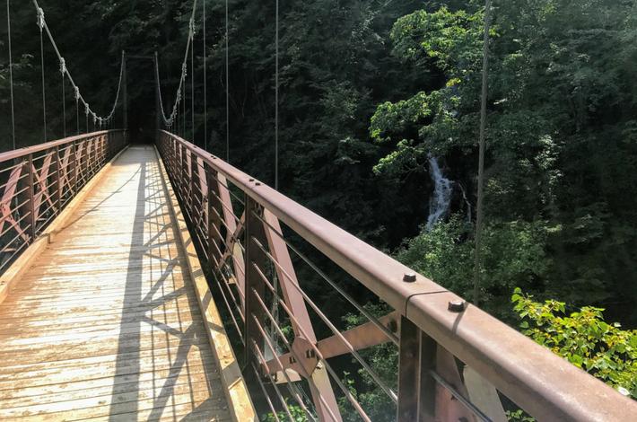 吊り橋から三頭大滝を見る