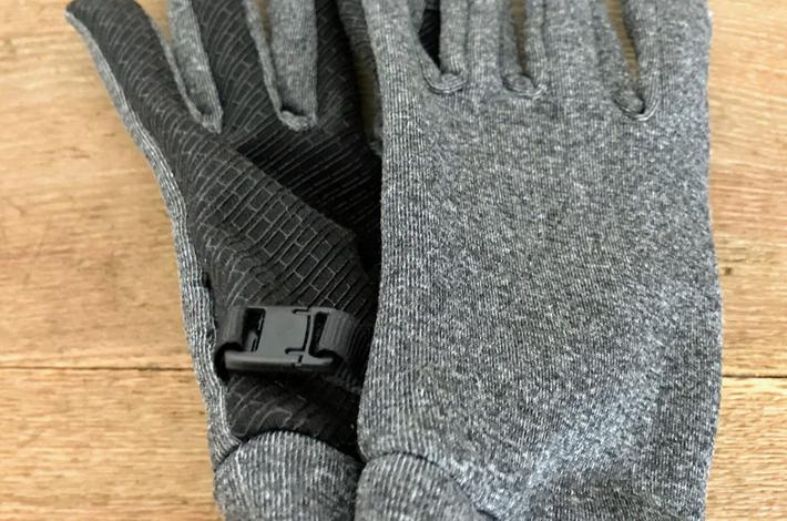 ワークマンの手袋「スタンダードグローブ」のフックがついている様子