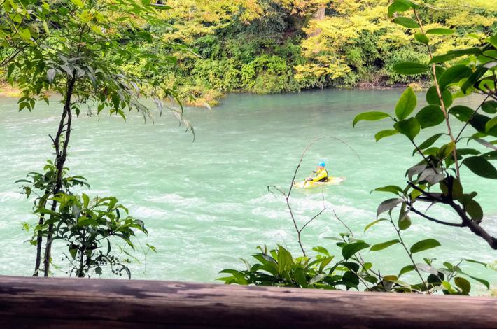 清流ガーデン 澤乃井園から多摩川をボートで下っている人が見えた