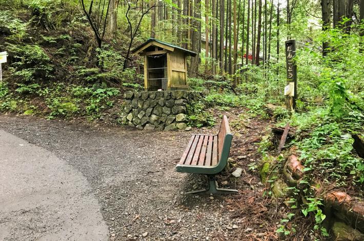 御岳山へ徒歩の参道の途中にベンチがある