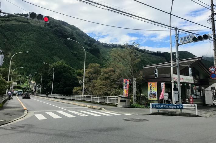 御嶽駅の前の交差点