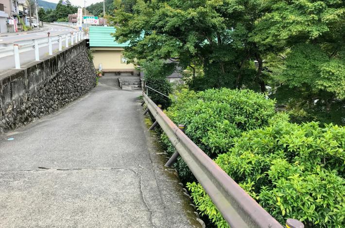 清流ガーデン 澤乃井園へ坂道を下る