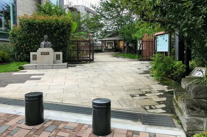 漱石公園の入口 遠目で見る