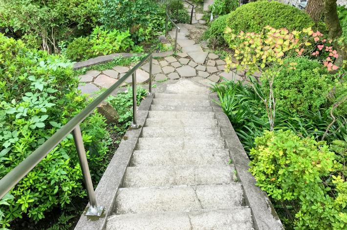 清流ガーデン 澤乃井園へ階段で下りる