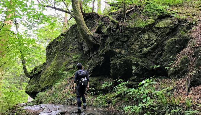 御岳山の巨岩のそばを歩く