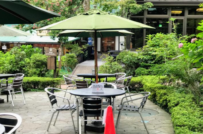 清流ガーデン 澤乃井園のパラソルといすがあるテラス