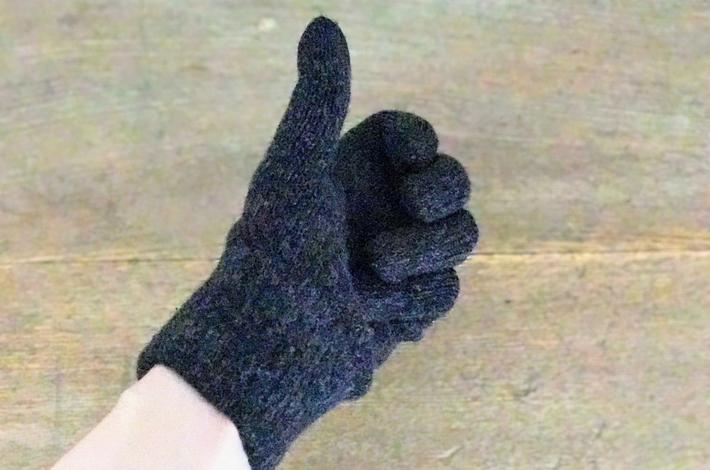 ユニクロの手袋をはめている