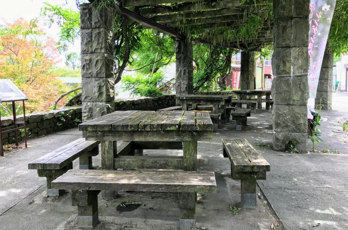 御岳駅近くの木のベンチ