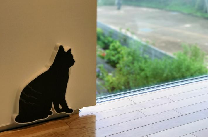 漱石山房記念館の中は黒猫が案内してくれる