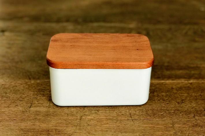 野田琺瑯のバターケースがふたをした状態で机に置かれている