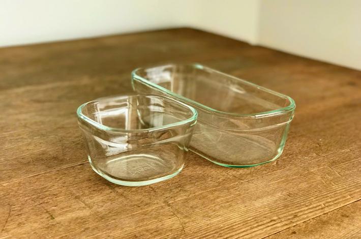iwaki(イワキ) 耐熱ガラス 保存容器200mlと500ml の2つがテーブルに置かれている