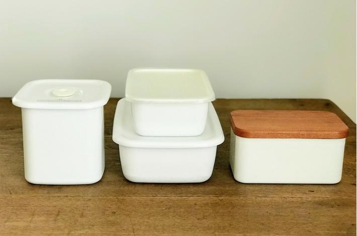 野田琺瑯レクタングルや野田琺瑯バターケースなどが机の上に置かれている