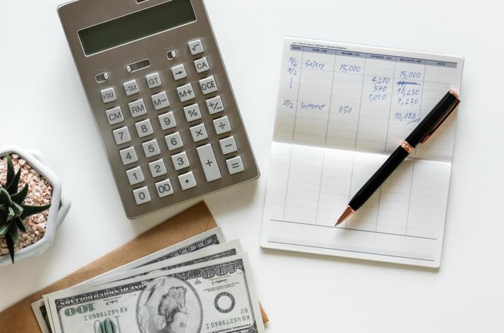 お金や通帳、電卓のイメージ