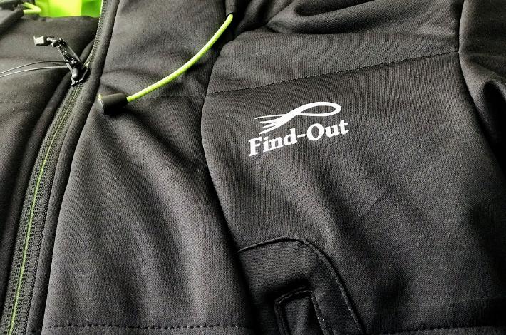 ワークマンプラス ファインドアウト STROM SHIELD WARM ジャケットの胸のロゴマーク