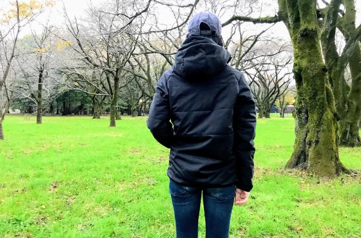 ワークマンプラス ファインドアウト STROM SHIELD WARM ジャケットを女性が着ている後ろ姿