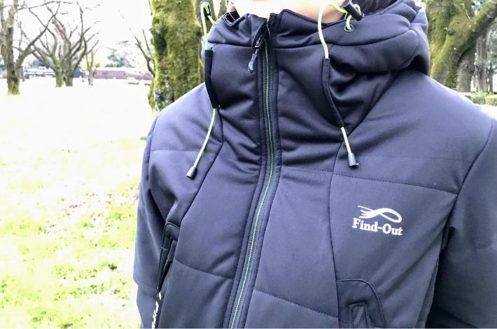 ワークマンプラス ファインドアウト STROM SHIELD WARM ジャケットを女性が着ている前側からみた状態