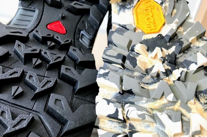 登山靴サロモン X ULTRA 3 PRIME GTXとコロンビア カラサワIIプラスオムニテックを裏底から比較している