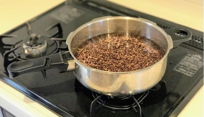 もち麦ダイシモチをゼロ活力なべの中に水と一緒にいれて炊く前の状態