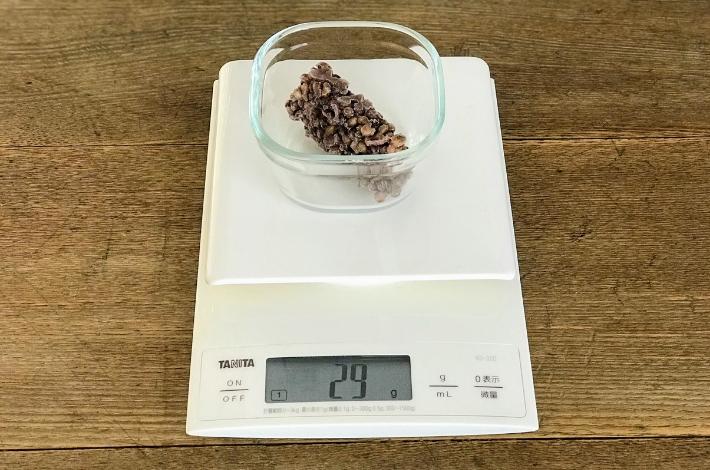 九州産紫もち麦のダイシモチが蒸し上がったら、製氷皿で凍らせた1つ分の重さは約30g