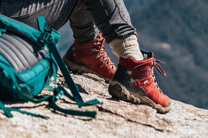 赤の登山靴を履いた女性