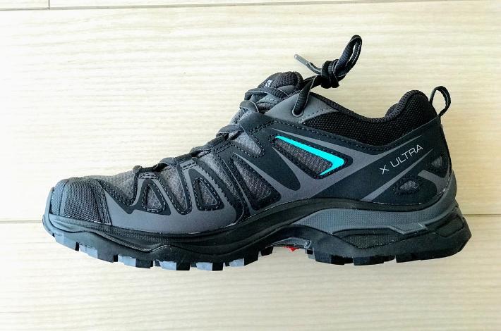 登山靴サロモン X ULTRA 3 PRIME GTXの1足が横向きに置いてある